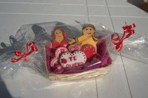 Cesta de galletas decoradas para San Valentín