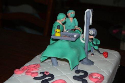Tarta fondant de quirófano con cirujano y anestesista