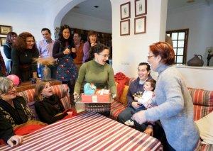 La homenajeada al descubrir la tarta