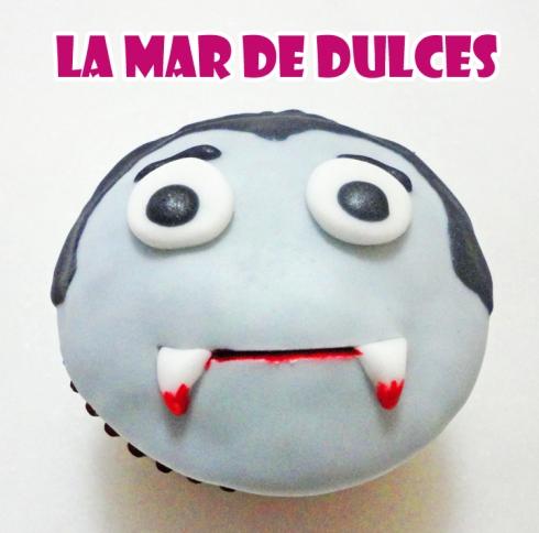 Cupcake de fondant de Drácula para Halloween