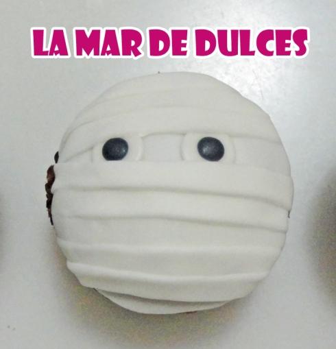 Cupcake de fondant de momia para Halloween