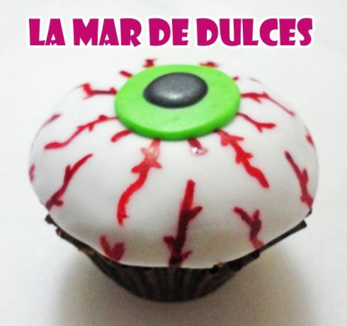 Cupcake de fondant de ojo sangriento para Halloween