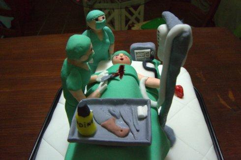 Tarta fondant de quirófano con cirujano y anestesista Sevilla