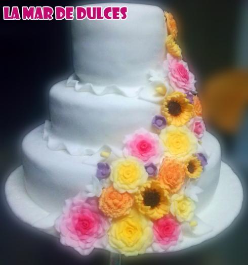 Tarta fondant de cascada de flores para boda en Chiclana