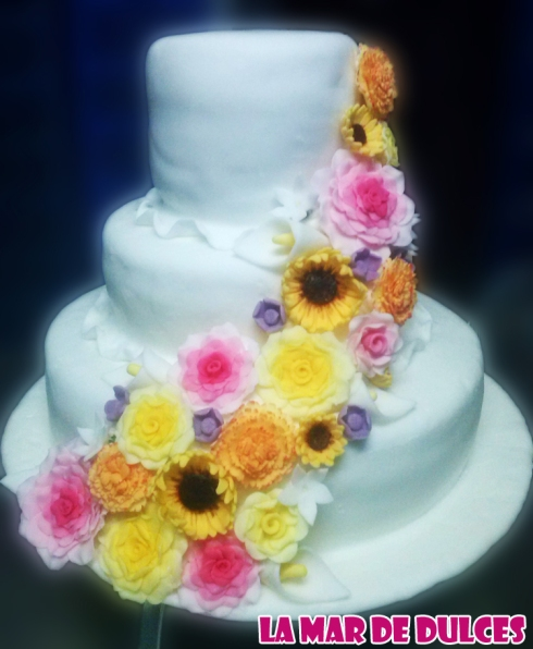 Tarta fondant de cascada de flores para boda Chiclana