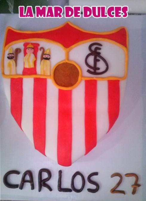 Tarta fondant del escudo del Sevilla F. C.