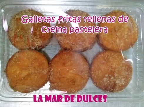 Galletas fritas rellenas de crema pastelera