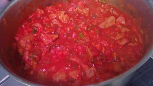 Seitán en salsa de tomate para menú vegetariano mercado Palmeritas Sevilla
